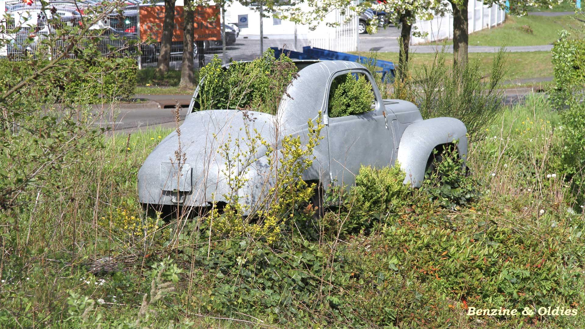 une Simca 6 carrosserie aluminium oubliée dans la nature - Simca6 424900simca6street23w19201080