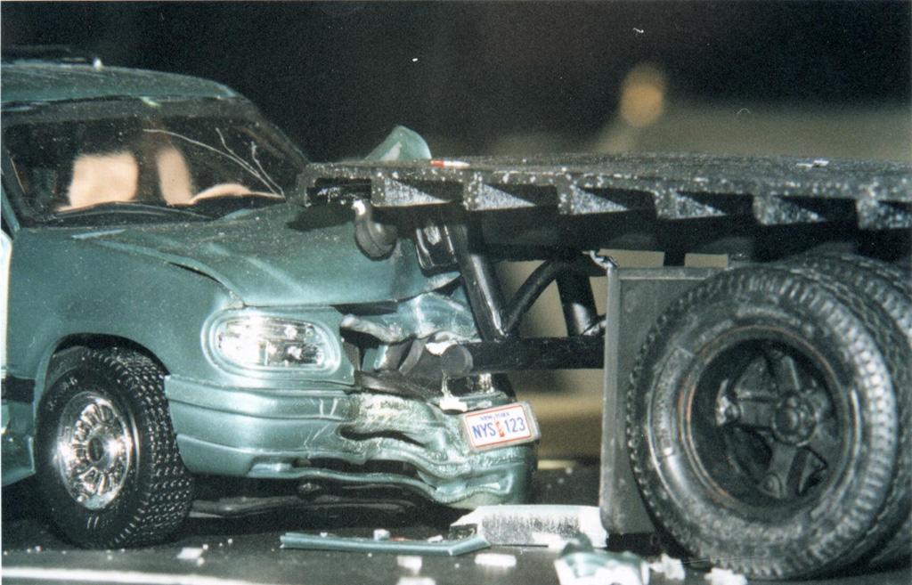 Accident Ford Explorer et six roues de transport de quincaillerie 44540101Carembolagescne4Explorer97vscamion