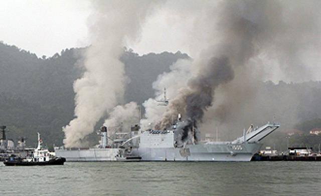 LANDING SHIP TANK (LST) CLASSE NEWPORT  479765KDSriInderapuraL1505exSpartanburgCountyLST1192incendie