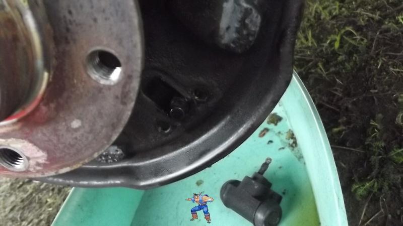 [BMW 316i E36 M40 1992] Tutoriel + photos freinage arrière tambours (résolu) 480526112Arriveliquidedefreincylindre