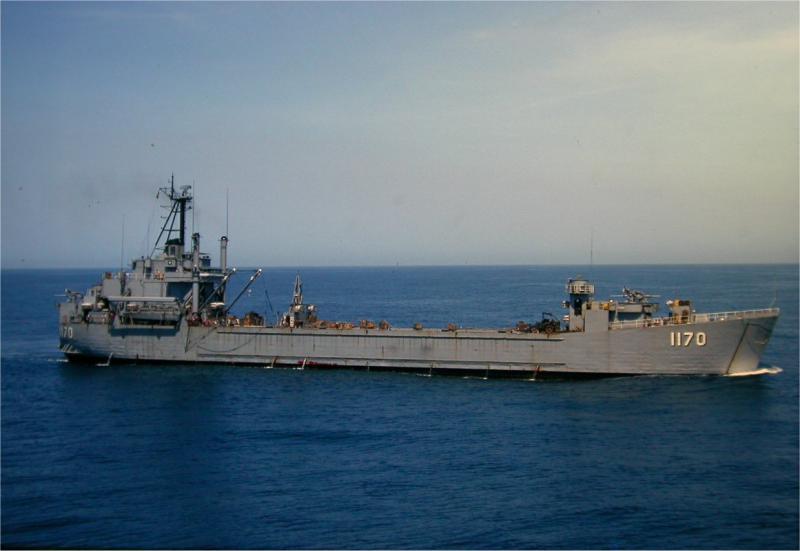 LANDING SHIP TANK (LST) CLASSE NEWPORT  489220USSWindhamCountyLST1170SudVietnam1966