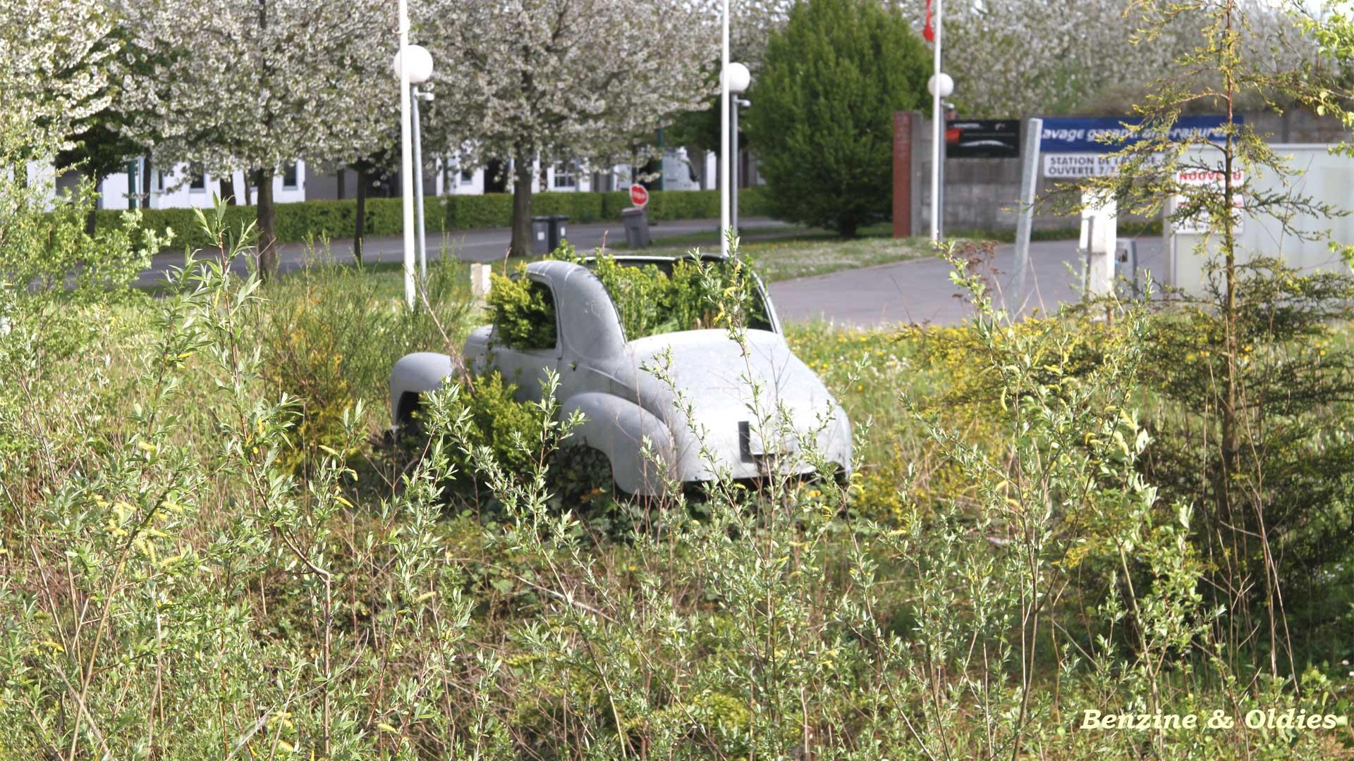 une Simca 6 carrosserie aluminium oubliée dans la nature - Simca6 514378simca6street20w19201080
