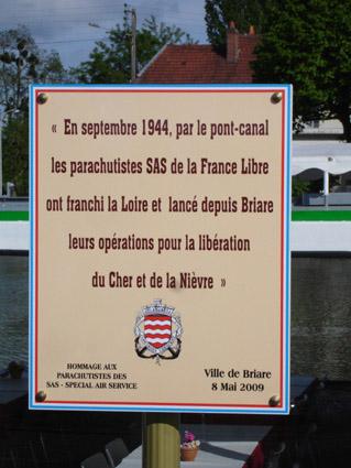 BRIARE, plaque commémorative pour les parachutistes S.A.S. 524410briare973v1
