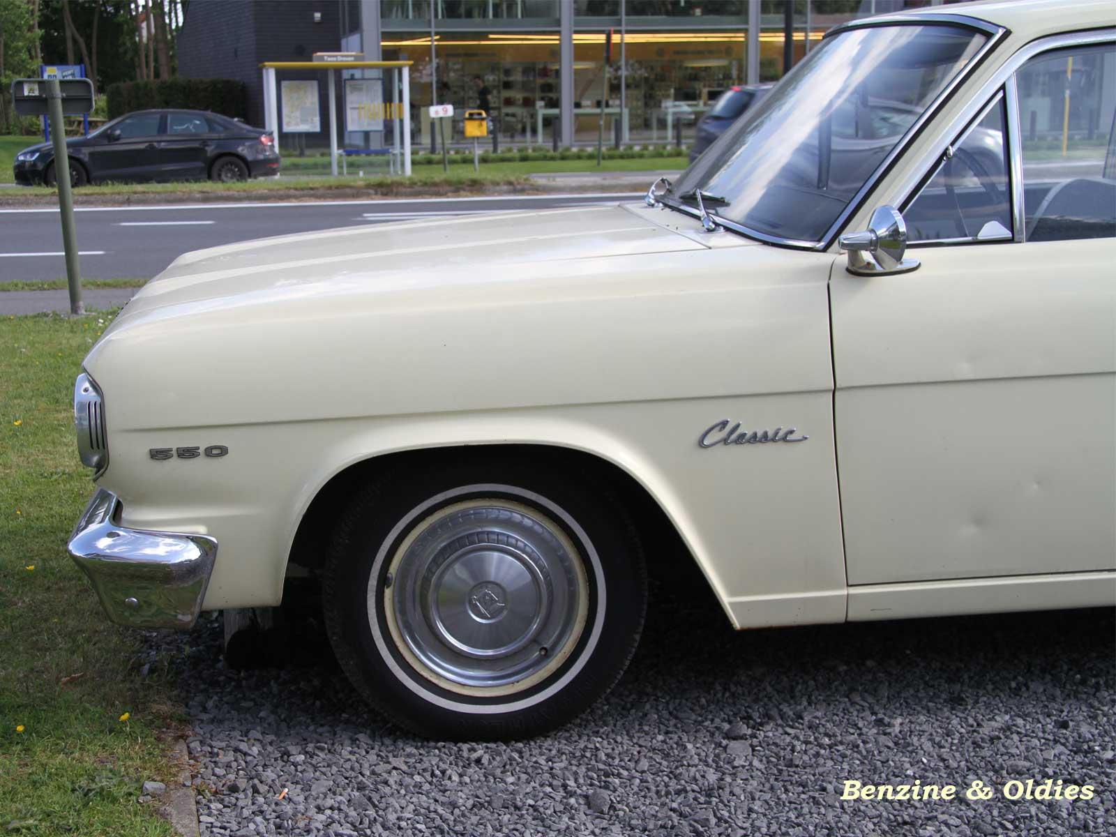 Une Renault Rambler 550 Classic coupé vue sur la route 542192rarmblerstreet09w16001200