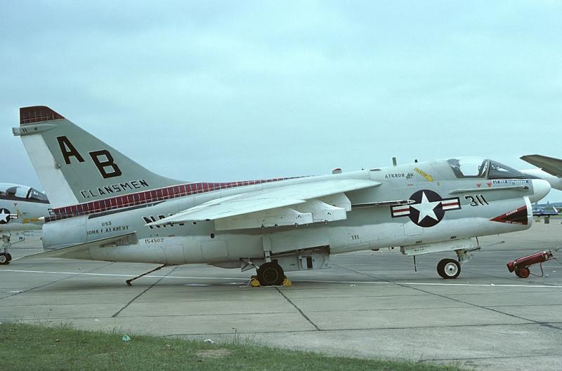 LTV A-7 Corsair II [NOUVELLE VERSION] 565615LTVA7BCorsairII42