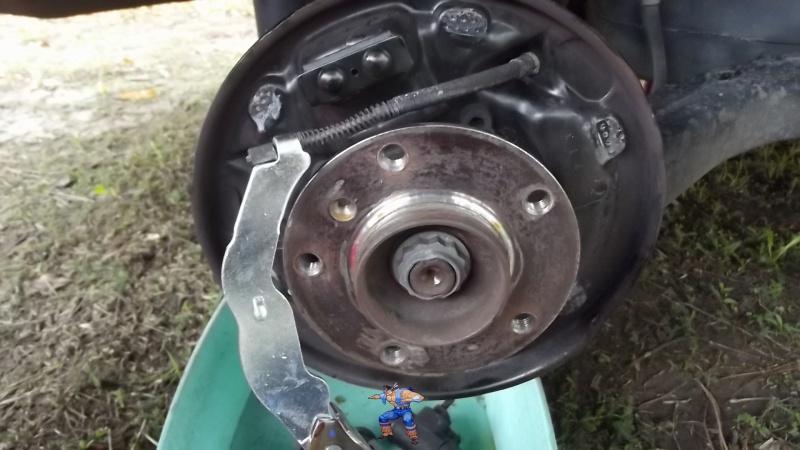 [BMW 316i E36 M40 1992] Tutoriel + photos freinage arrière tambours (résolu) 56980214Cblefreinmain
