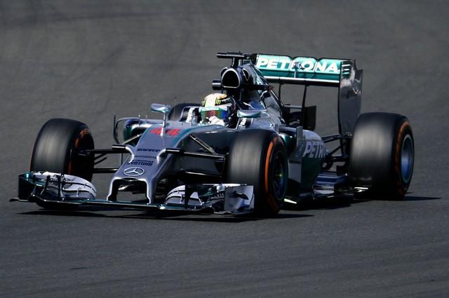 F1 GP de Grande Bretagne 2014 : (essais libres-1-2-3-Qualifications) 5803732014vendrediLewisHamilton