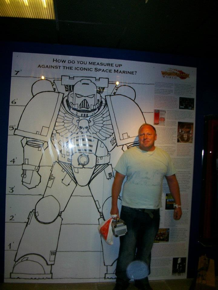 Warhammer World trip : comparez-vous à une illustration grandeur nature d'un space marine 620851comparsm2