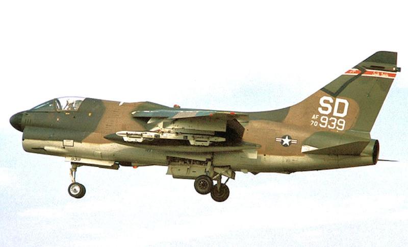 LTV A-7 Corsair II [NOUVELLE VERSION] 664253LTVA7DCorsairII348
