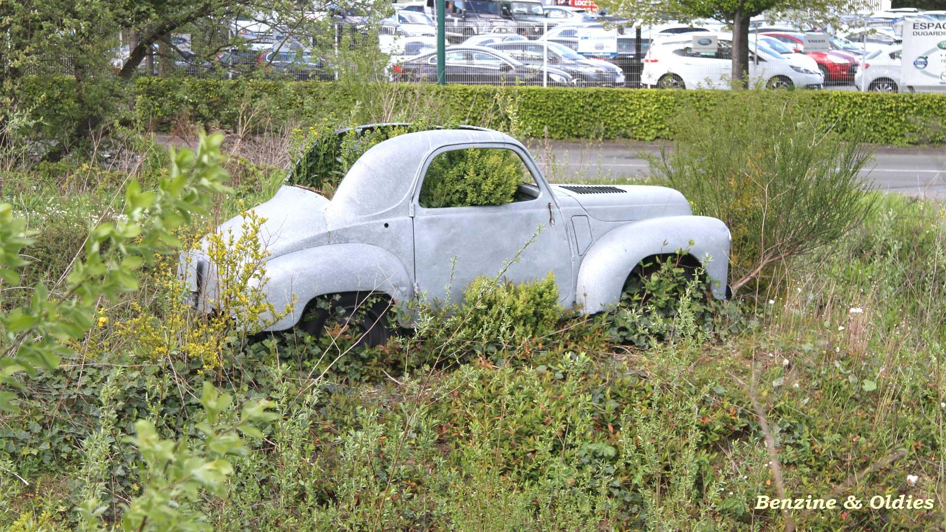 une Simca 6 carrosserie aluminium oubliée dans la nature - Simca6 773876simca6street25w19201080