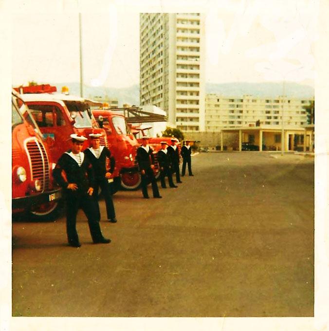 Marins Pompiers des Bases Aeronavale 800819devantlescamionsdepompiers