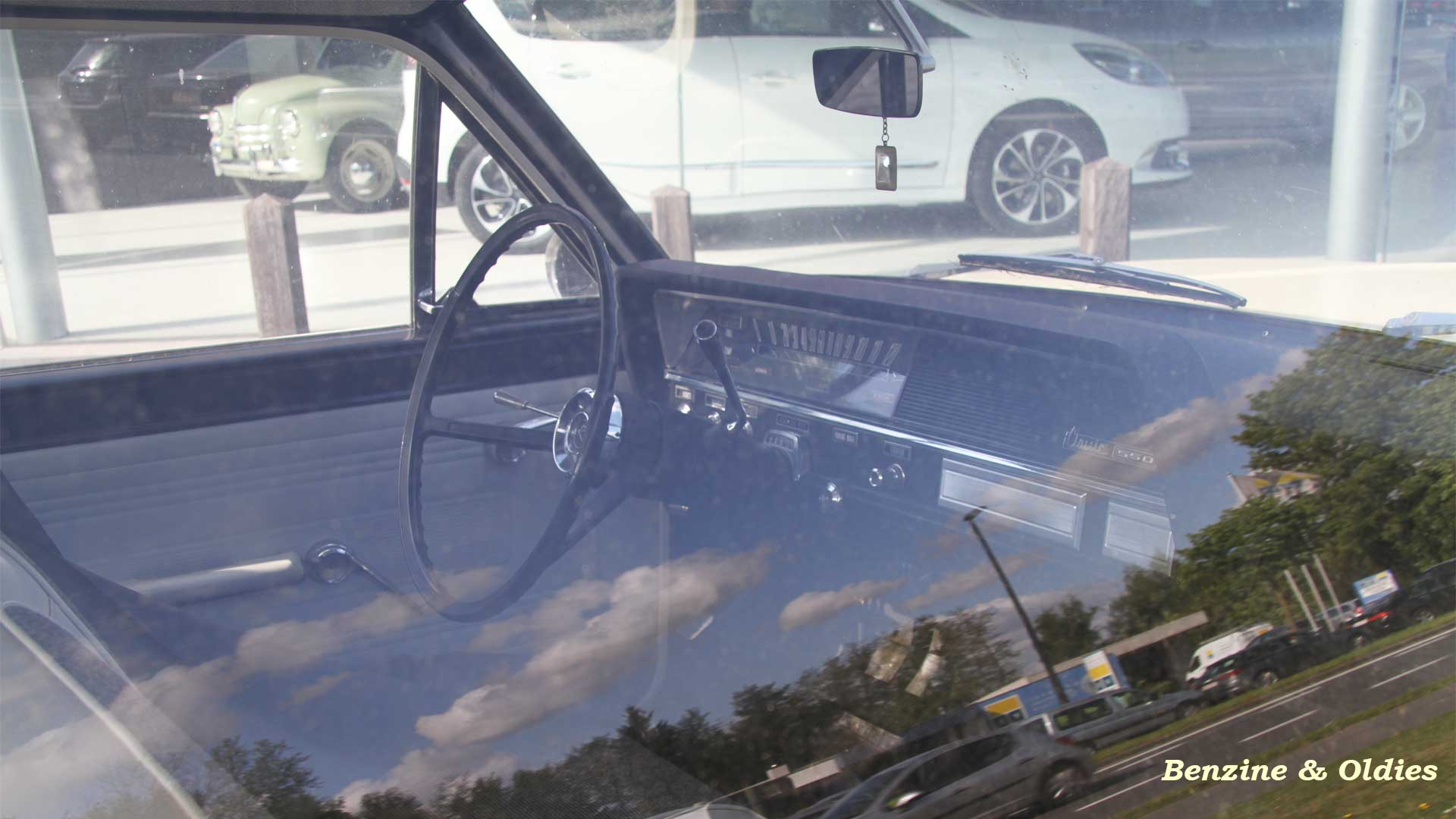Une Renault Rambler 550 Classic coupé vue sur la route 933644rarmblerstreet18w19201080