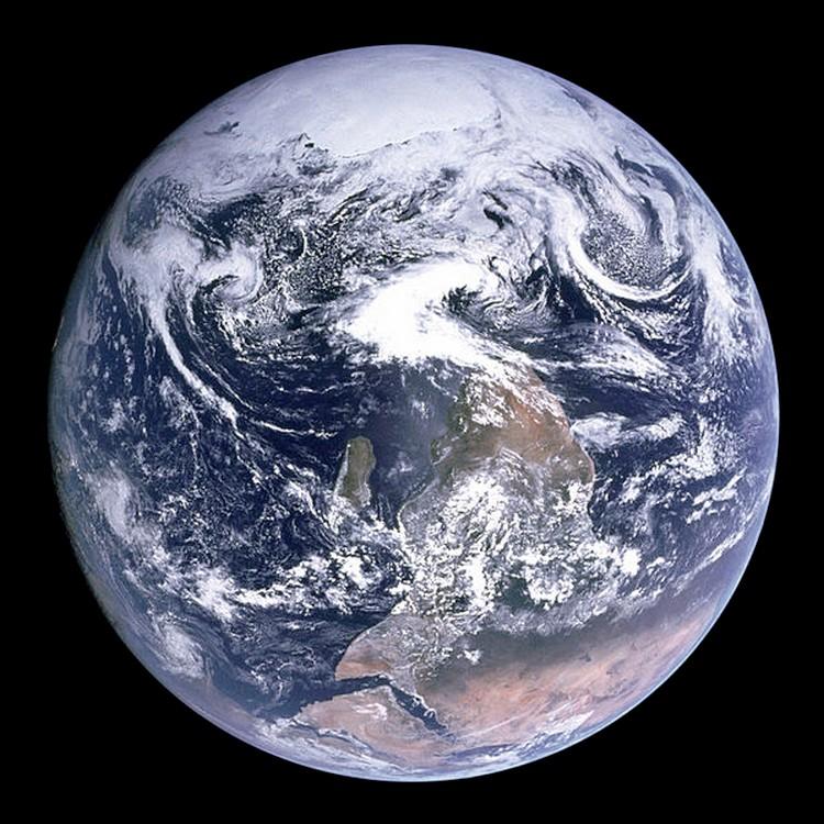 Apollo 17 (1972) 935994TheBlueMarbledanssonorientationorginale