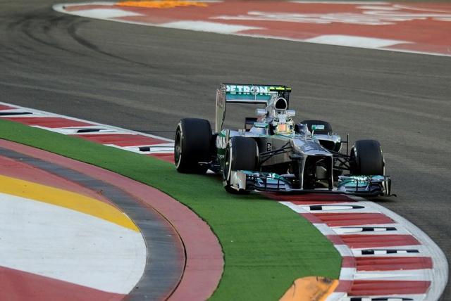 F1 GP de Singapour 2013 : (essais libres-1-2-3-Qualifications) 9456272013GPdesingapourLewisHamilton