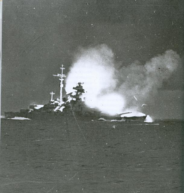 LE BISMARCK  946063Le_Bismarck_contre_le_Hood.1
