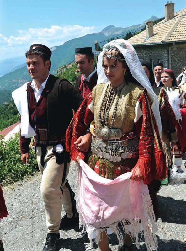 العروس المقدونية.. 47 قطعة ثياب! 948933Pictures20110719c00a3467b96a4b51936f0b9cf8391d3b