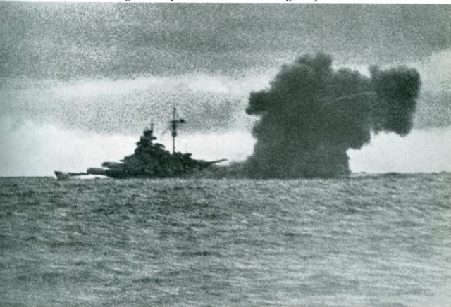 LE BISMARCK  995131Le_Bismarck_contre_le_Hood.2