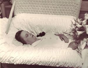 Montrer la mort ou la cacher? - photographies funéraires - Page 3 Mini_486675MaggieRamsayPM