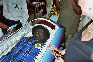 Montrer la mort ou la cacher? - photographies funéraires - Page 3 Mini_918417JHillLDrummond1casket