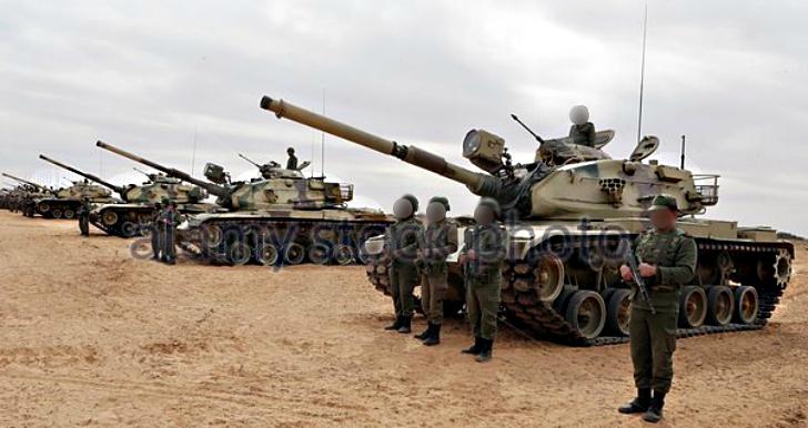 موسوعة الجيش التونسي  - صفحة 29 115870epa05147080tunisiansoldiersholdapositionduringamilitaryexerciseff0g30