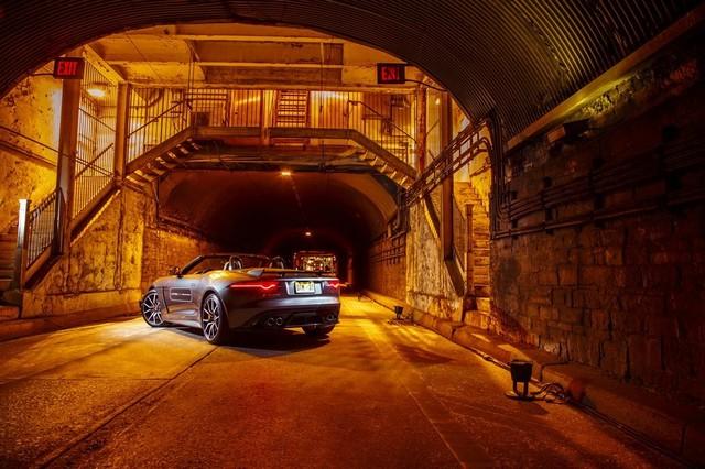 La Jaguar F-TYPE SVR rugit dans le Fameux tunnel de Park Avenue À New  121878JaguarFTYPESVRTunnel006LowRes