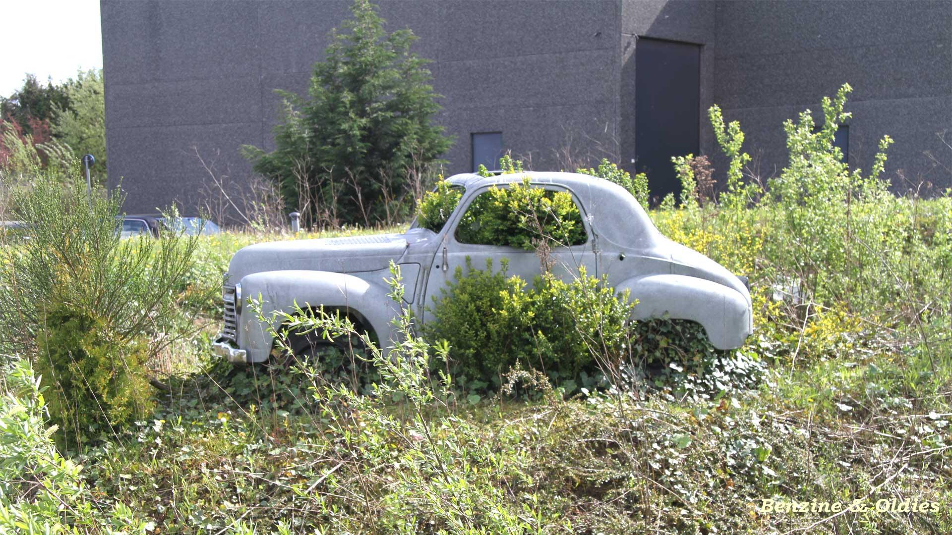 une Simca 6 carrosserie aluminium oubliée dans la nature - Simca6 151390simca6street13w19201080