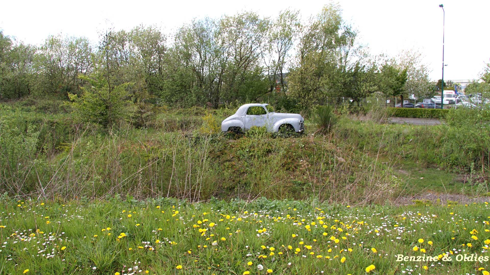 une Simca 6 carrosserie aluminium oubliée dans la nature - Simca6 166828simca6street01w19201080