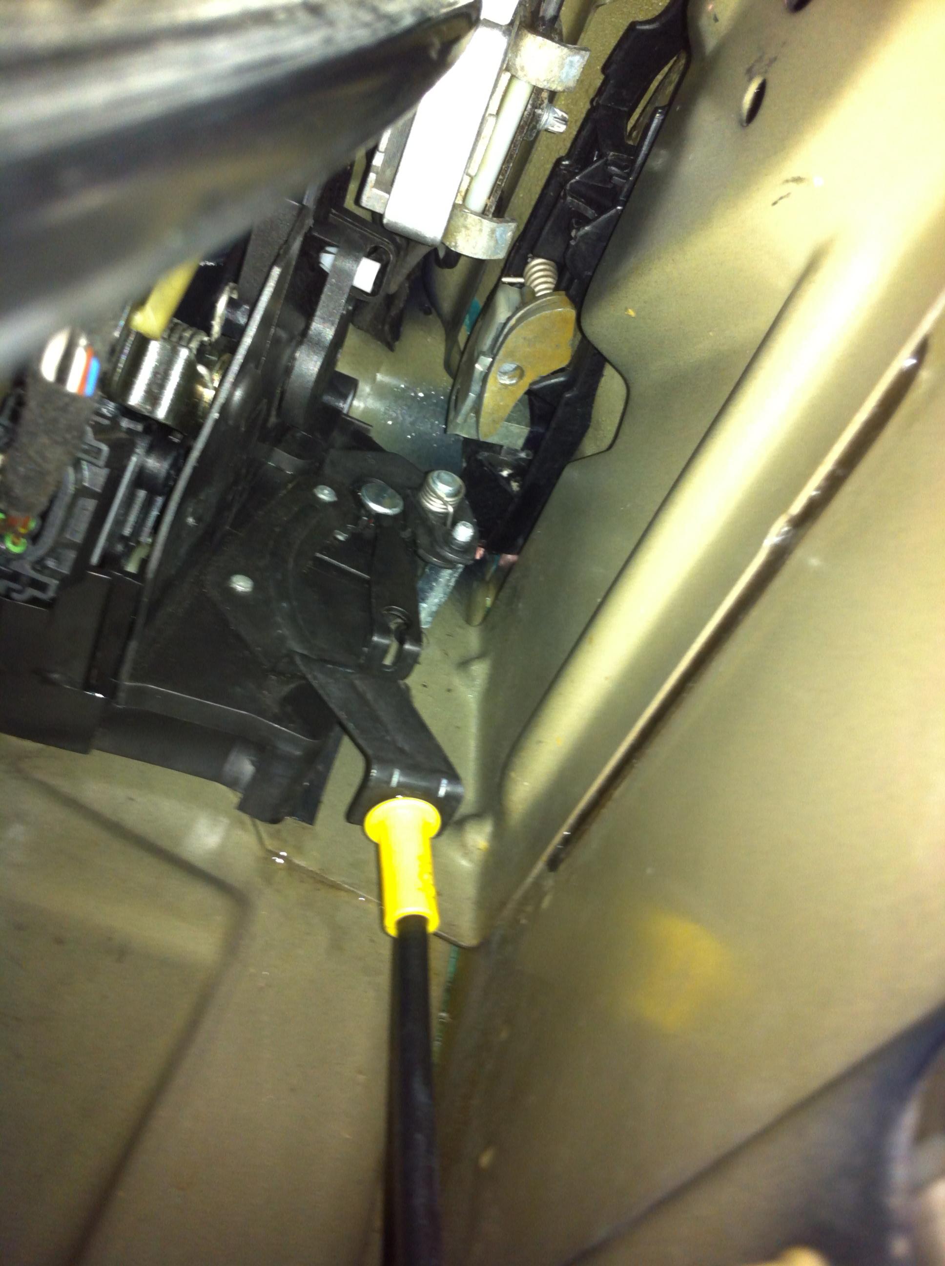 [ BMW e46 325 ci an 2002 ] comment remettre ce foutu câble de la poignée de porte 170010IMG0366
