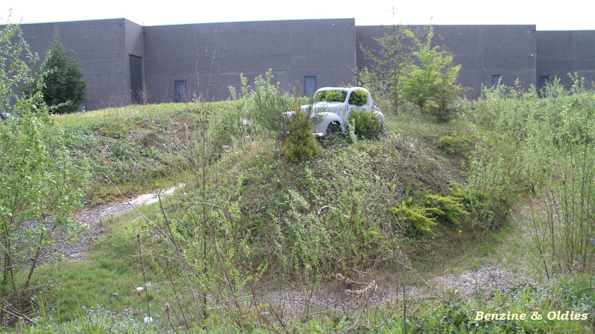 une Simca 6 carrosserie aluminium oubliée dans la nature - Simca6 182331simca6street09w19201080