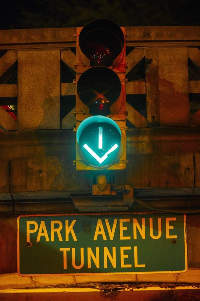 La Jaguar F-TYPE SVR rugit dans le Fameux tunnel de Park Avenue À New  292501JaguarFTYPESVRTunnel001