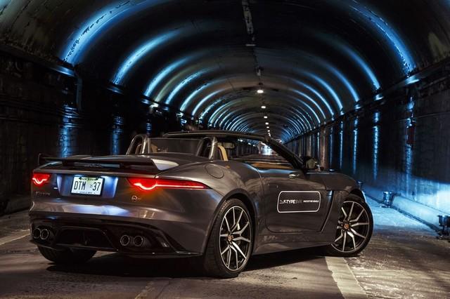 La Jaguar F-TYPE SVR rugit dans le Fameux tunnel de Park Avenue À New  321823JaguarFTYPESVRTunnel005LowRes