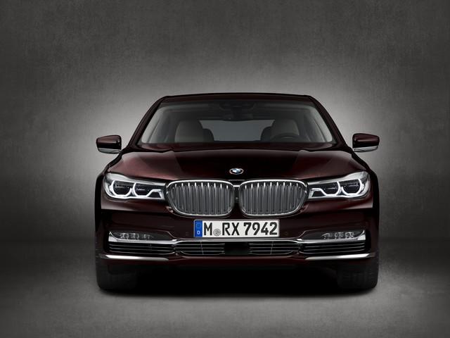 BMW et American Express lancent la Carte Platinum American Express signée BMW une première dans le segment automobile Premium en France 358078P90208704highResbmwm760lixdrivemo
