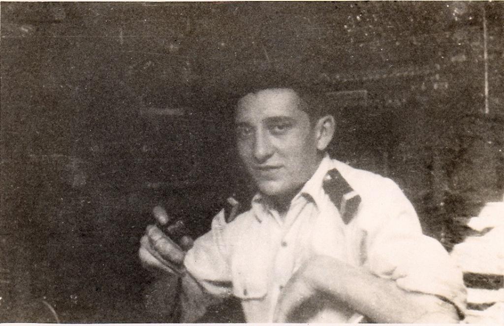 [ Aéronavale divers ] [ 1945-1950 L'histoire des grands oiseaux blancs à tête de loup noir en Indochine 360770Microenmainauposteradiodu6F5