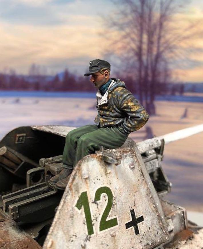 King Tiger Sd.Kfz.182 (Henschel) - TAKOM - 1/35 365501KTigerGunnerNewLeft