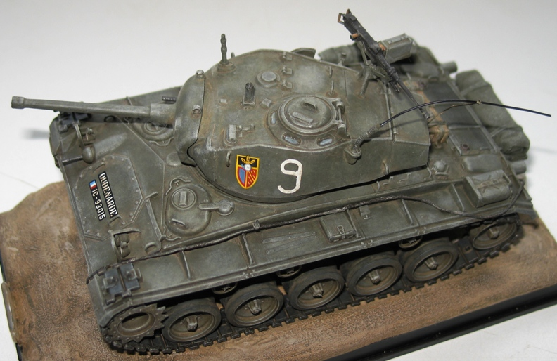 M24 Chaffee Italeri 1/35 repatiné+décalques Indochine 366759IMG0001