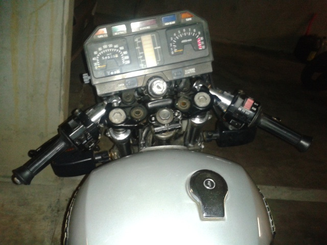 XJ750 Encore une jap à faire couiner les puristes du cafra!! 38597220120102162423