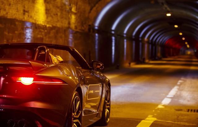 La Jaguar F-TYPE SVR rugit dans le Fameux tunnel de Park Avenue À New  392304JaguarFTYPESVRTunnel043