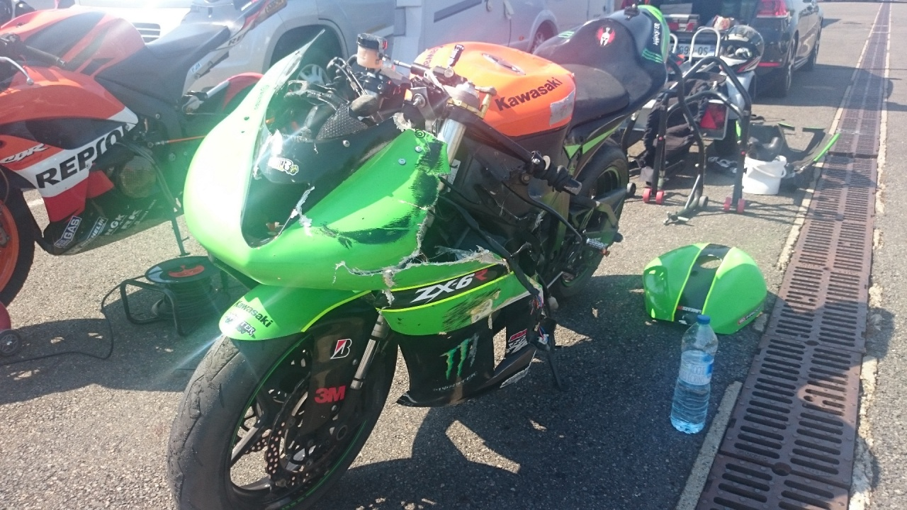 [Pa39] Ma Zx6r 2007 piste 418332chutemagnycours1
