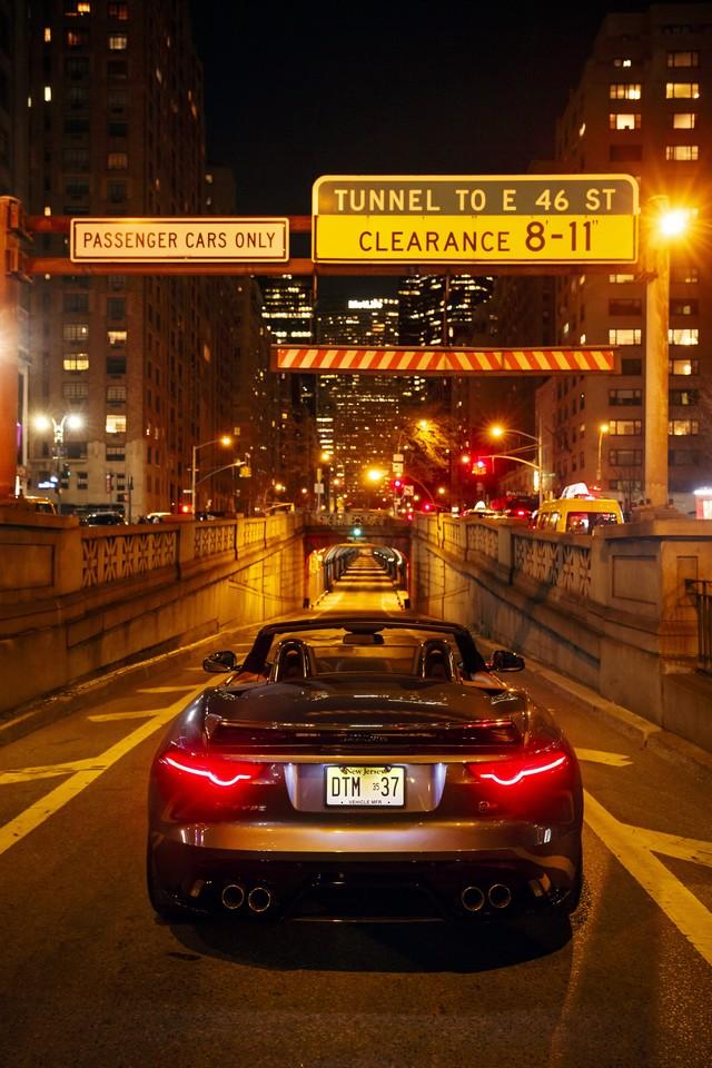 La Jaguar F-TYPE SVR rugit dans le Fameux tunnel de Park Avenue À New  419511JaguarFTYPESVRTunnel022