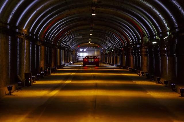 La Jaguar F-TYPE SVR rugit dans le Fameux tunnel de Park Avenue À New  440834JaguarFTYPESVRTunnel045LowRes