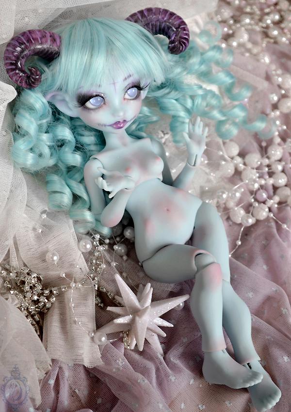 [Créa] † Mystic Dolls † : Réservations ouvertes ! 498876DGPBlueNenyawithHorns02