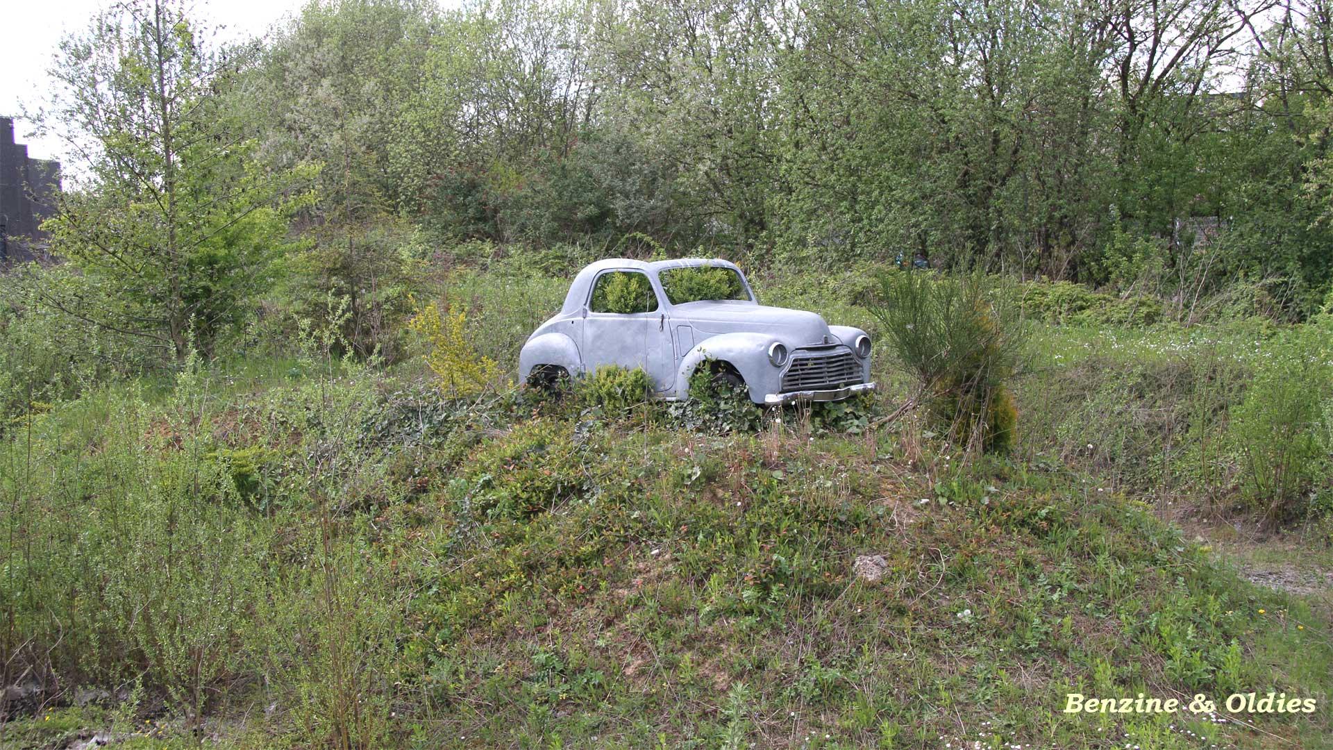 une Simca 6 carrosserie aluminium oubliée dans la nature - Simca6 535151simca6street04w19201080