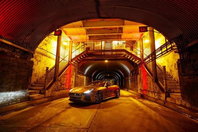 La Jaguar F-TYPE SVR rugit dans le Fameux tunnel de Park Avenue À New  619173JaguarFTYPESVRTunnel004LowRes
