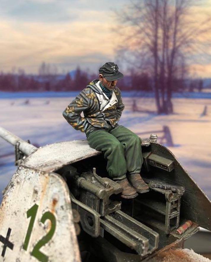 King Tiger Sd.Kfz.182 (Henschel) - TAKOM - 1/35 621171KTigerGunnerNewRight