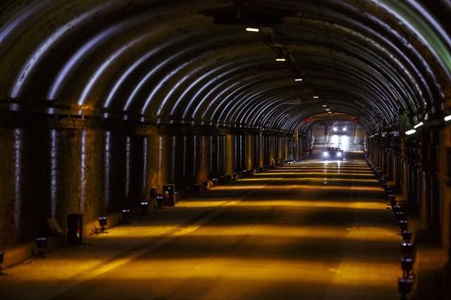 La Jaguar F-TYPE SVR rugit dans le Fameux tunnel de Park Avenue À New  635589JaguarFTYPESVRTunnel046LowRes