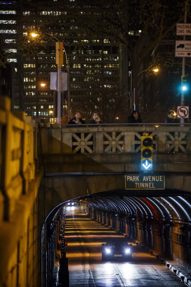 La Jaguar F-TYPE SVR rugit dans le Fameux tunnel de Park Avenue À New  642106JaguarFTYPESVRTunnel071