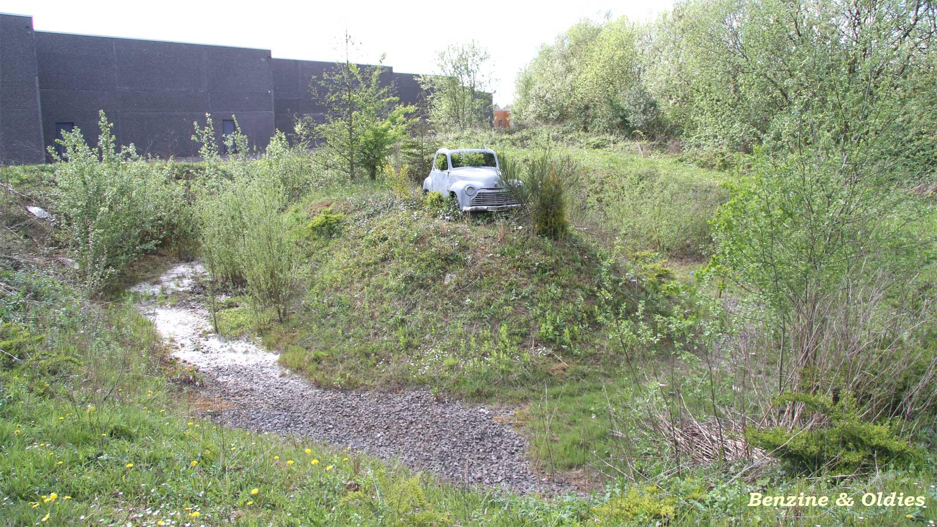une Simca 6 carrosserie aluminium oubliée dans la nature - Simca6 665328simca6street06w19201080