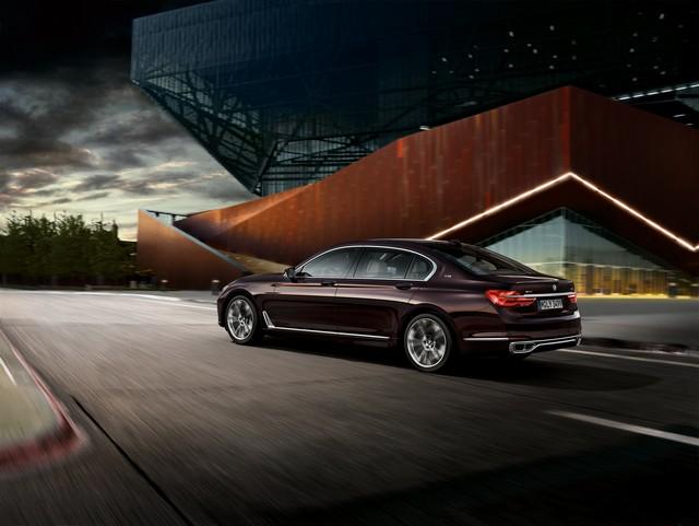 BMW et American Express lancent la Carte Platinum American Express signée BMW une première dans le segment automobile Premium en France 669544P90208716highResbmwm760lixdrivemo