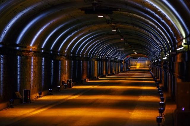 La Jaguar F-TYPE SVR rugit dans le Fameux tunnel de Park Avenue À New  681552JaguarFTYPESVRTunnel003LowRes