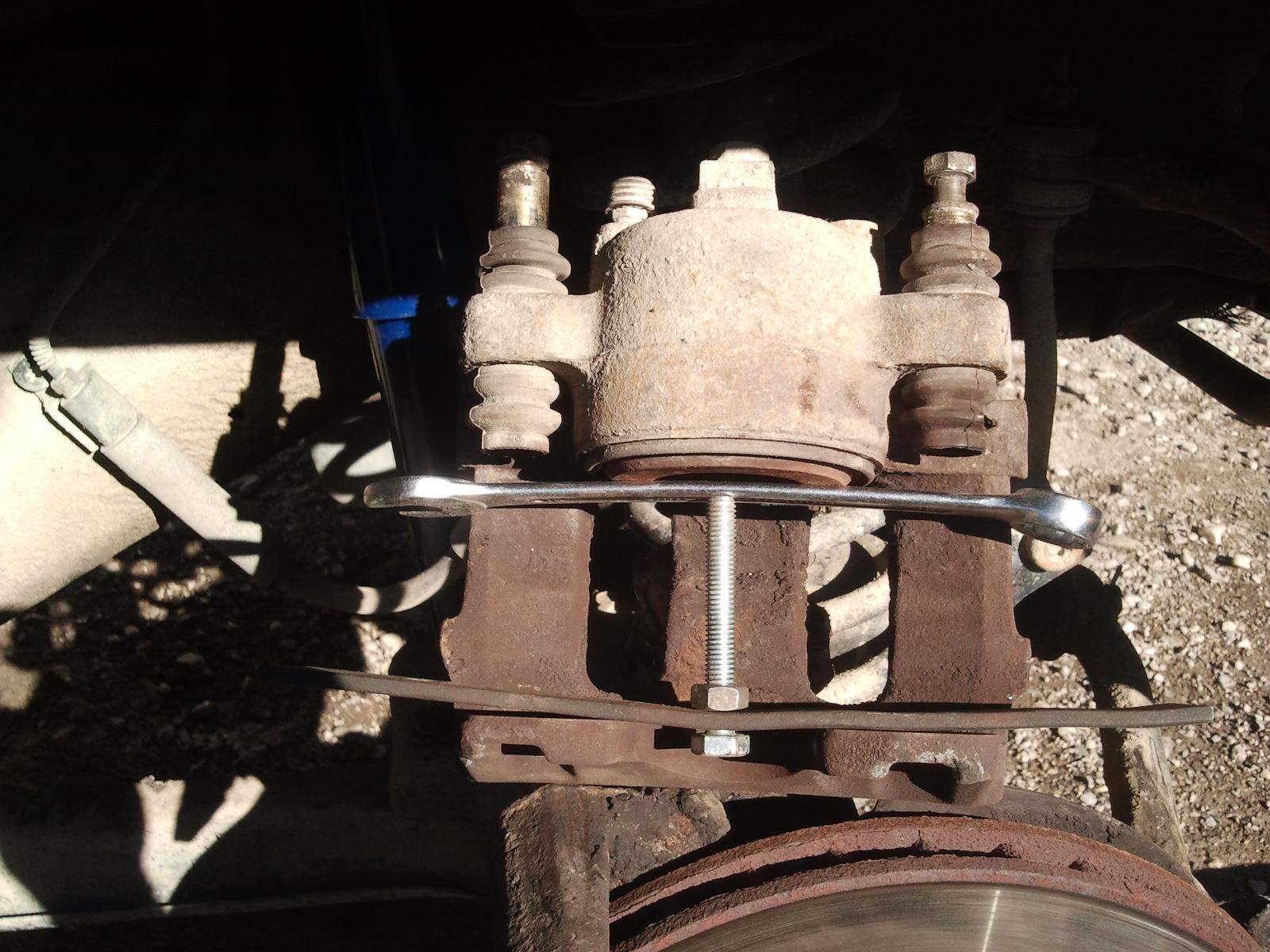 petite astuce : faire rentrer  les pistons de freins. 697532IMG20120222151809